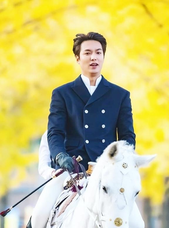 Ảnh Lee Min Ho cưỡi ngựatrong cảnh lá vàng ở Chungcheongbuk (Hàn Quốc) được khán giả ví như bạch mã hoàng tử. Loạt ảnh cưỡi ngựa chưa qua chỉnh sửa từng gây sốt các diễn đàn, mạng xã hội cuối tháng 10 năm ngoái.