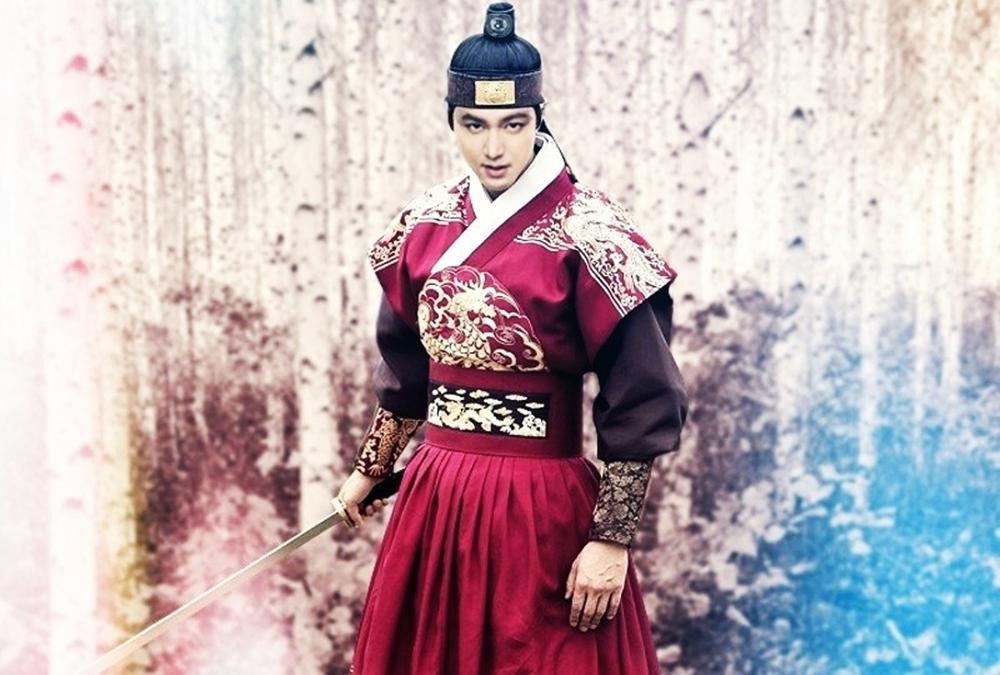 Đài SBS liên tục tiết lộ tạo hình mới của Lee Min Ho trong Quân vương bất diệt (The King: The Eternal Monarch) - bom tấn truyền hình sẽ lên sóngngày 17/4. Đa số fan khen vẻ ngoài củahoàng đế Lee Gonấn tượng, điển trai và uy quyền.