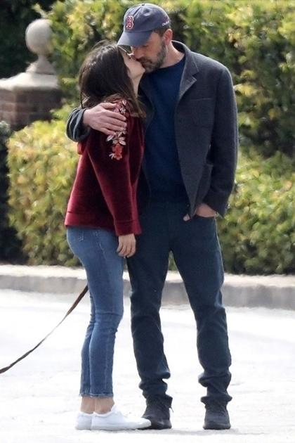 Ben Affleck và bạn gái Ana de Armas dạo phố. Ảnh: Backgrid.