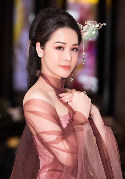 Nhật Kim Anh sinh năm 1985. Cô từng tham gia các phim Long thành cầm giả ca, Gieo gió, 39 độ yêu, Cạm bẫy - hơi thở của quỷ... Cô là giám khảo trẻ nhất trong Liên hoan phim Việt Nam 2017. Cô từng ra album Lâu đài cát(2008).