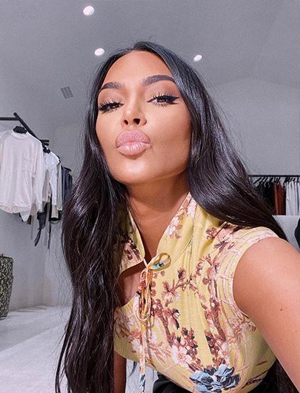 Trong thời gian hạn chế ra đường, Kim Kardashian diện áo hoa cổ tàu của nhà thiết kế Roberto Cavalli. Cô kêu gọi mọi người ở trong nhà và tự tìm thú vui chờ hết dịch bệnh.