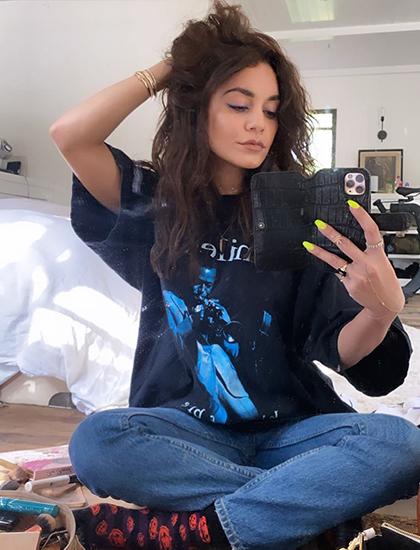Trong thời gian rảnh, Vanessa Hudgens tập trang điểm trước gương. Cô mặc quần jean, áo phông tại nhà riêng.