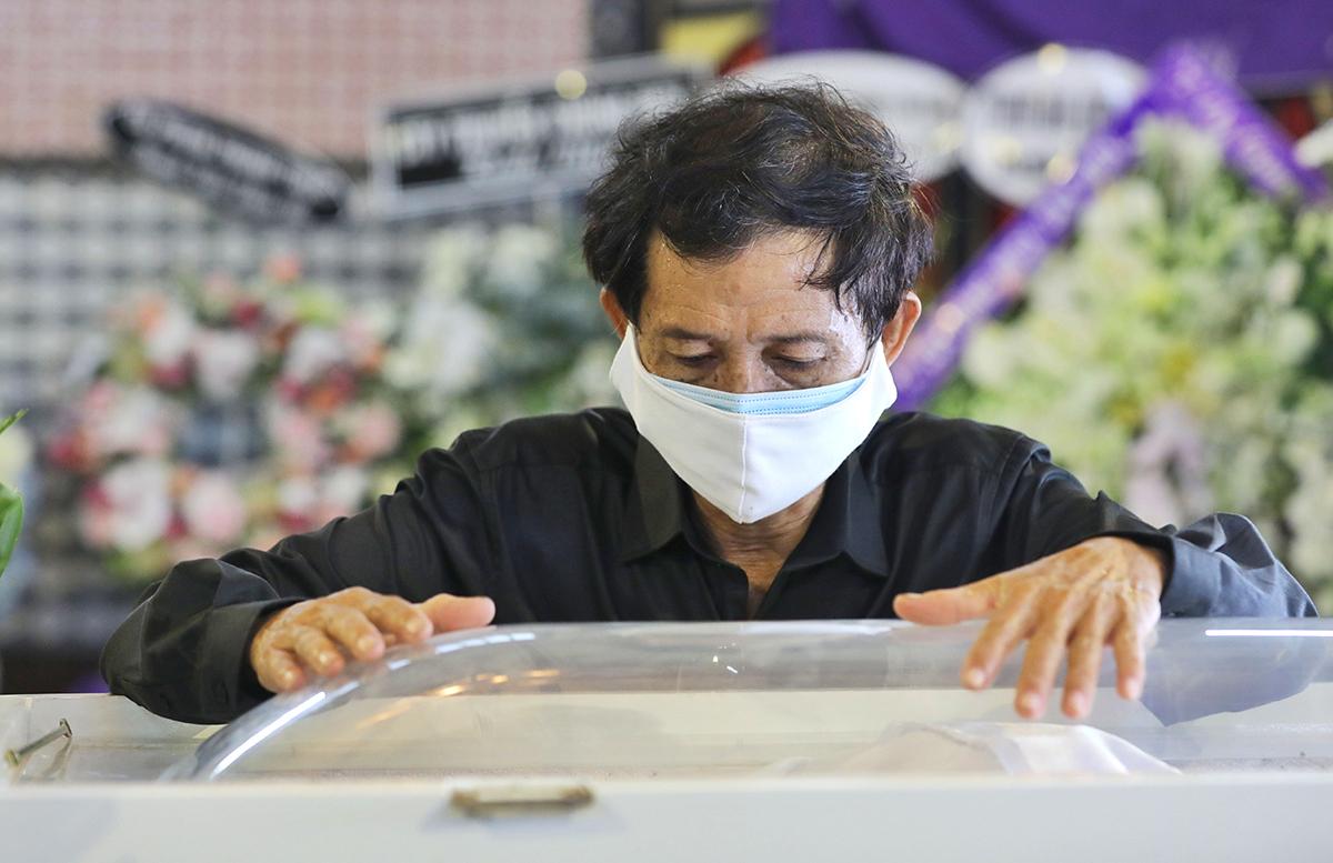 Cha diễn viên Mai Phương bên linh cữu con gái tại tang lễ sáng 31/3.