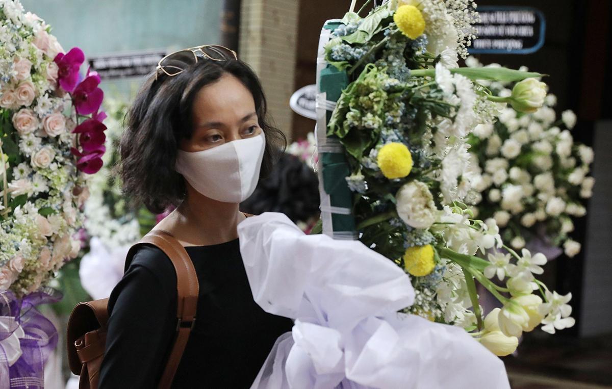 Nghệ sĩ Hạnh Thúy viếng Mai Phương. Cố nghệ sĩ từng có thời gian gắn bó với mảng sân khấu bên cạnh hoạt động phim ảnh và ca hát.