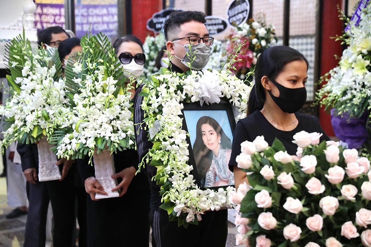 8h30, linh cữu được đưa đi hỏa táng tại Nghĩa trang Bình Hưng Hòa.