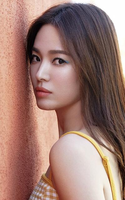 Trên các diễn đàn, nhiều khán giả khen Hye Kyo trẻ trung ở tuổi gần 40, gương mặt không thay đổi nhiều so với thời cô đóng Trái tim mùa thu năm 2000.