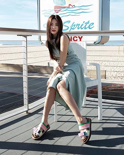 Trong video được tờ W Korea đăng hôm 30/3, Hye Kyo nói gần đây cô thích buổi đêm hơn ban ngày, cô tận hưởng quãng thời gian nhàn rỗi một mình. Diễn viên thấy được là chính bản thân khi đi ăn, trò chuyện với bạn thân. Cô có những người bạn thân thiết với mình từ thời thanh xuân đến nay.