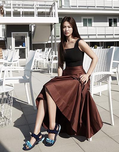 Hôm 30/3, tờ W Korea đăng video phỏng vấn Hye Kyo khi dự tuần thời trang. Diễn viên nói gần đây cô thích buổi đêm hơn ban ngày, cô tận hưởng quãng thời gian nhàn rỗi một mình. Người đẹp thấy được là chính bản thân khi đi ăn, trò chuyện với bạn thân. Cô có những người bạn thân thiết với mình từ thời thanh xuân đến nay.