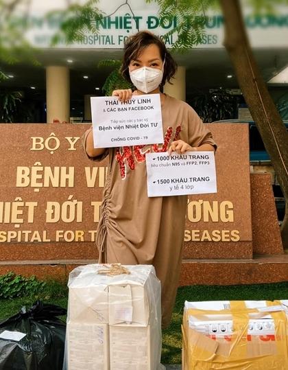 Ca sĩ Thái Thùy Linh trao tặng khẩu trang cho các bác sĩ tại Bệnh viện Bệnh nhiệt đới Trung ương. Ảnh: Facebook.