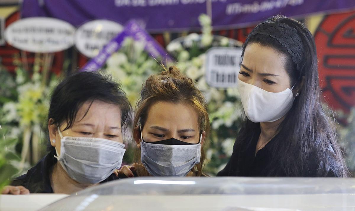 Nghệ sĩ Trịnh Kim Chi (phải) cùng người thân Mai Phương trong giờ tiễn biệt cô.