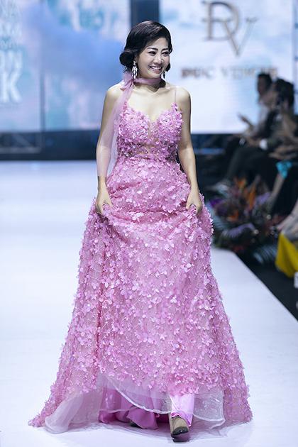 Mai Phương mặc váy 3D catwalk vào tháng 4/2019. Ảnh: Kiếng Cận.