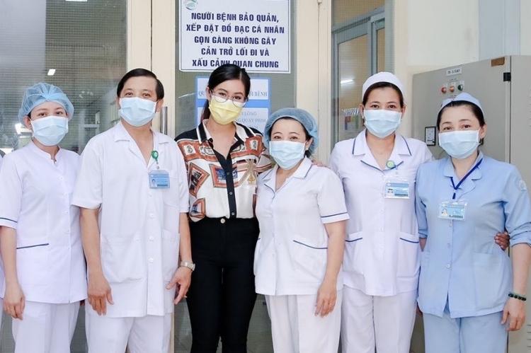 Thảo Tiên chụp ảnh cùng đội ngũ y, bác sĩ điều trị cho cô tại bệnh viện Bệnh Nhiệt đới.Ảnh: nhân vật cung cấp.