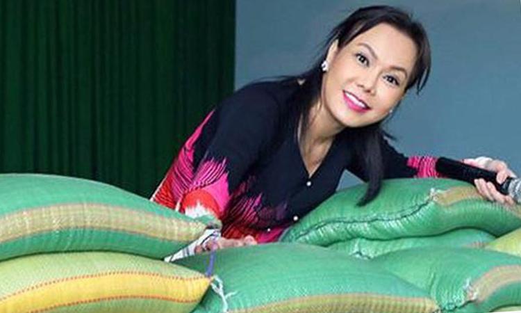 Việt Hương chuẩn bị 5 tấn gạo phát cho người nghèo trong đợt phòng, chống Covid-19. Ảnh: Facebook.