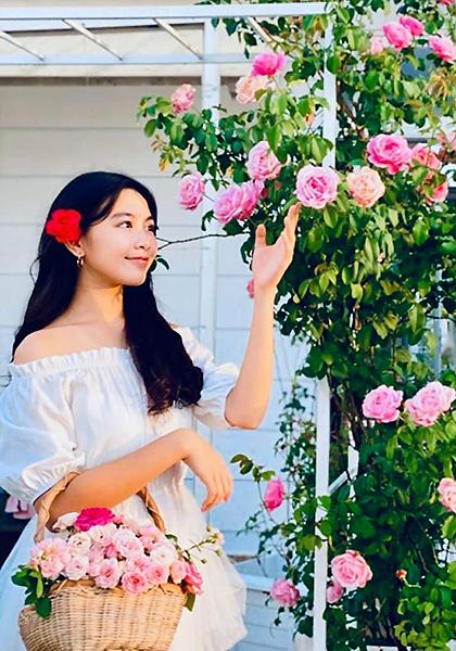 Lọ Lem thích cùng bố mẹ chăm sóc vườn hồng hàng trăm gốc ở biệt thự gia đình. Mỗi sáng, cô bé giúp mẹ hái những bông sắp tàn để ướp trà. Dạ Thảo thường chụp ảnh con gái tạo dáng giữa vườn hoa. Nhiều bạn bè khen chị khéo chăm con lẫn vườn.