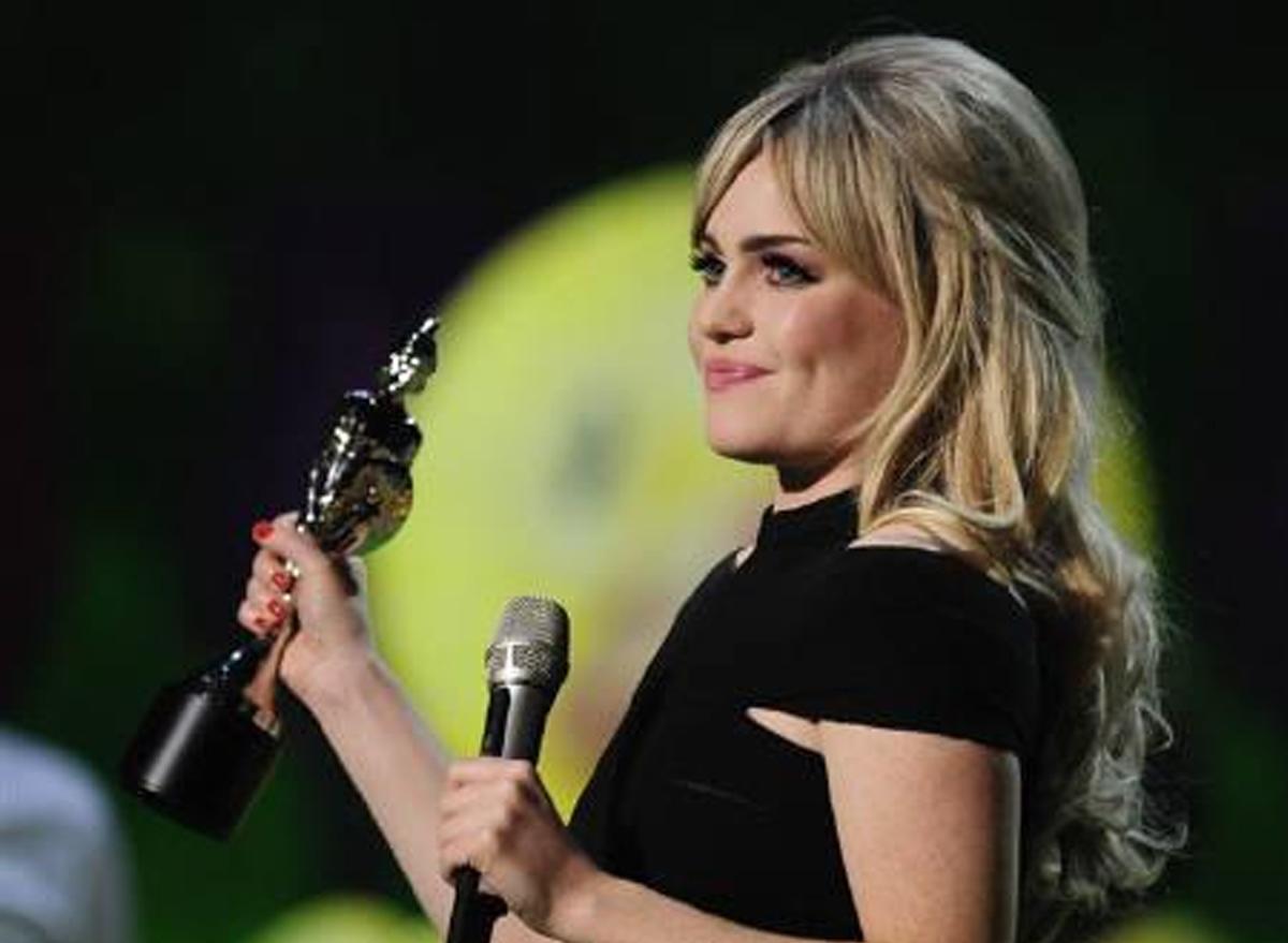 Duffy đại thắng tại giải âm nhạc Anh Brit Awards, giành ba giải Nghệ sĩ Anh đột phá, Nữ ca sĩ Anh xuất sắc và Album Anh hay nhất năm 2009. Ảnh: Reuters.