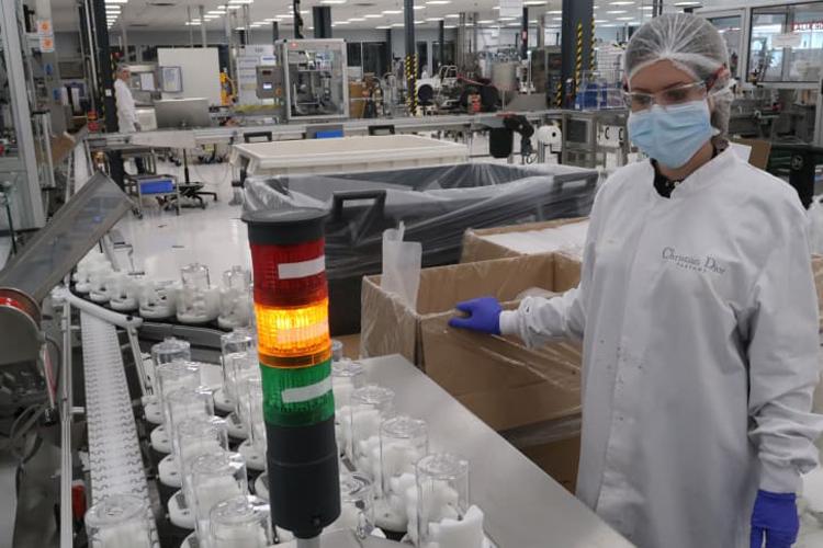 Công nhân nhà máy Christian Diorcạnh dây chuyền sản xuất gel rửa tay. Ảnh: LVMH.