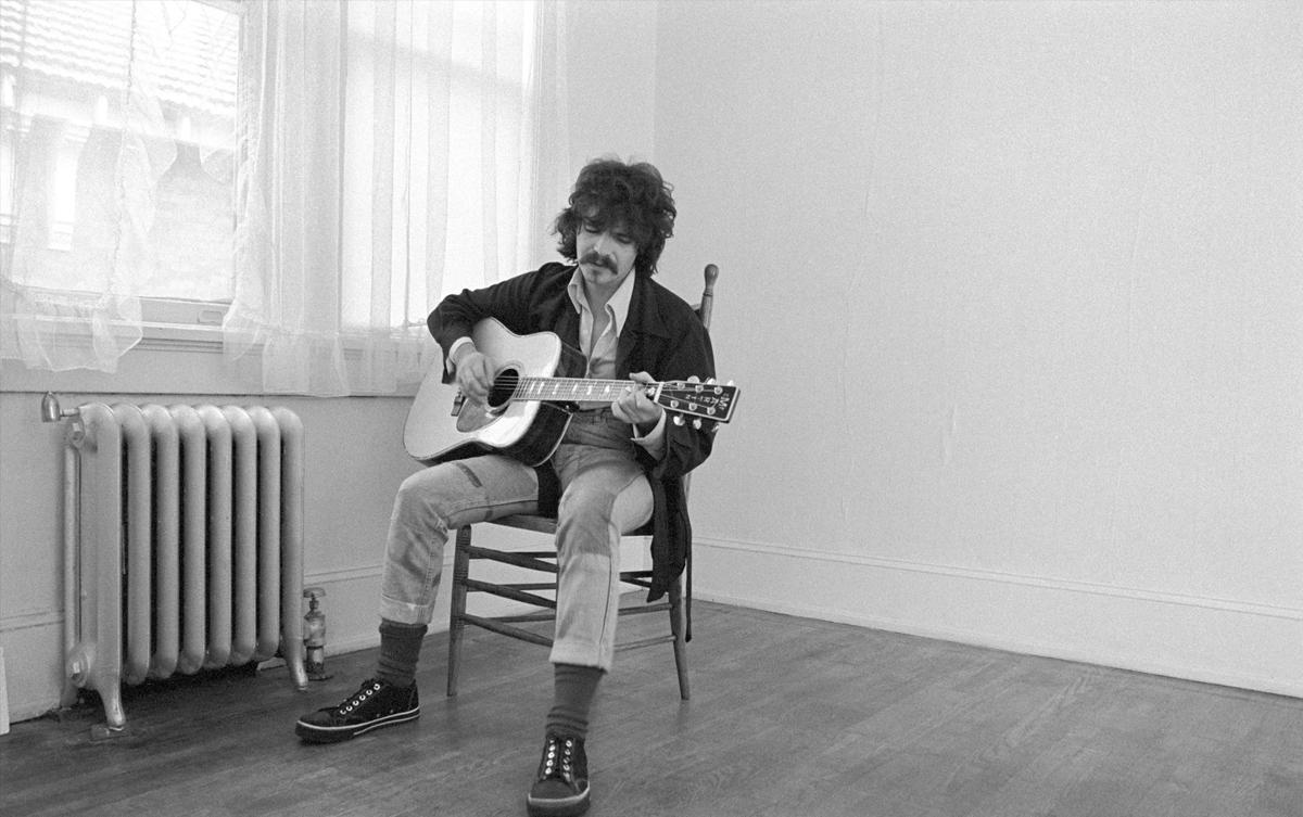 John Prine biểu diễn tại Atlanta năm 1975. Ảnh: NY Times.