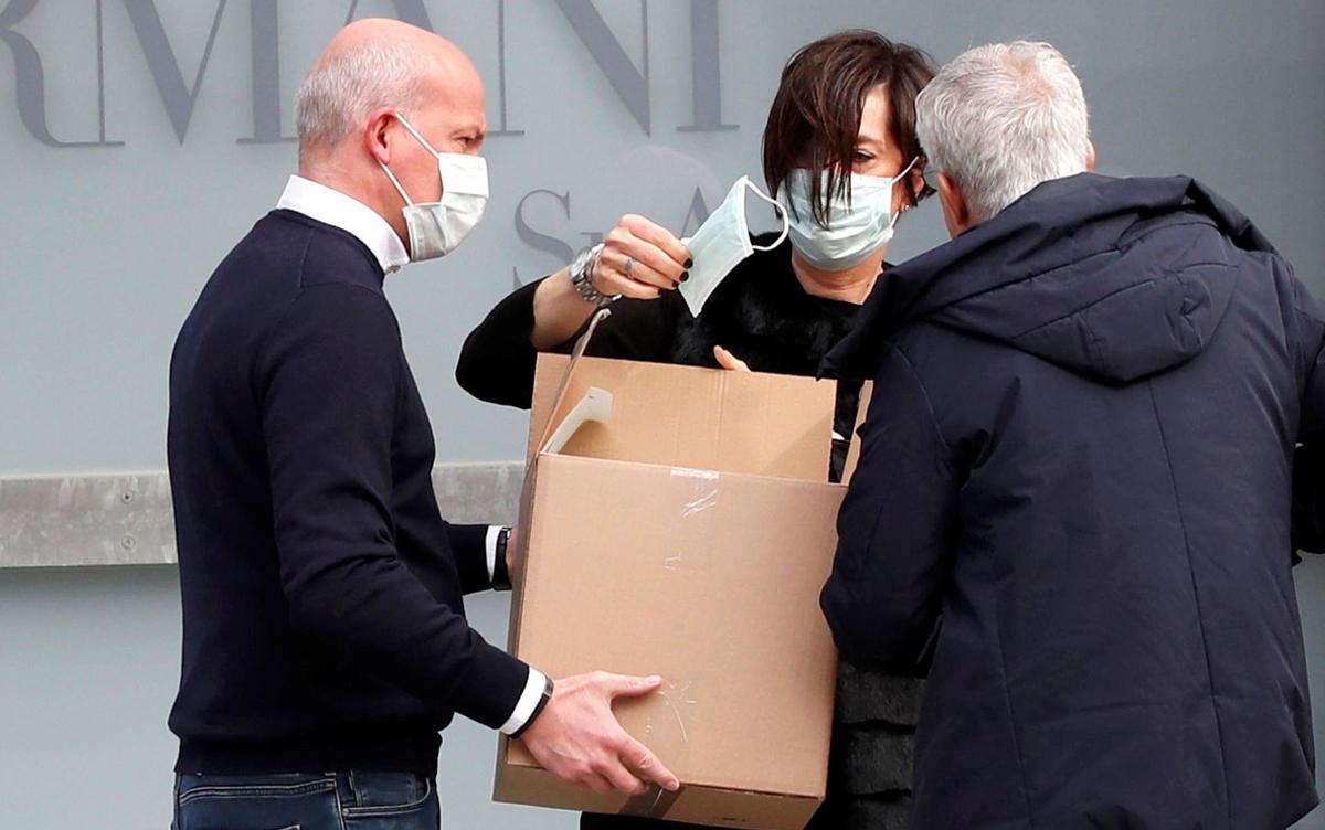 Khẩu trang trở thành mối quan tâm của nhà mốtArmani. Ảnh: Reuters.