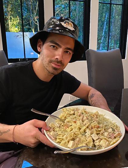 Joe Jonas nấu ăn đãi vợ khi ở nhà tránh dịch. Ảnh: Instagram.