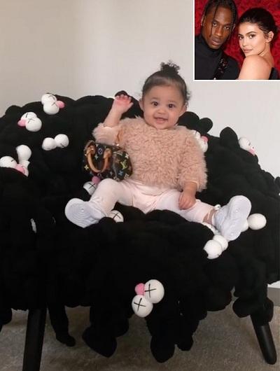 Bé Stormi có một chiếc ghế 25.000 USD (khoảng 581 triệu), thuộc phiên bản giới hạn. Nó là một trong ba chiếc được trưng bày ở trung tâm triển lãm Art Basel tại Miami (Mỹ). Cô cũng được bác gái Kim Kardashian tặng chiếc túi hiệu Louis Vuitton trị giá khoảng 2.000 USD
