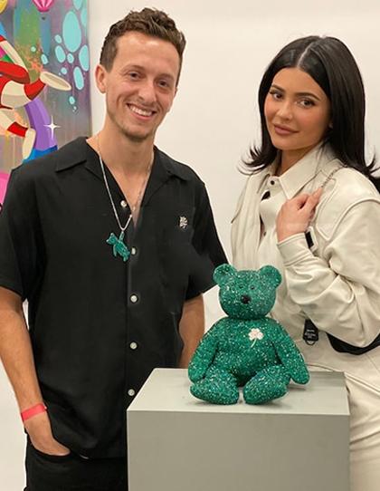 Giáng sinh năm ngoái, Kylie mua chú gấu bông hiệu Beanie Baby được nghệ sĩ Dan Life trang trí nhiều hạt pha lê và các loại ngọc đa sắc để tặng con gái. Cô chiến thắng phiên đấu giá với mức chi 12.000 USD.Toàn bộ khoản tiền thu về từ các tác phẩm được chuyển vào quỹ từ thiện của vợ chồng Justin Bieber, dành tặng người vô gia cư tại Los Angeles.
