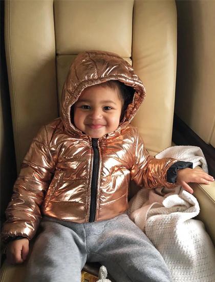 Kylie Jenner có một phi cơ riêng nên thường đưa con gái theo mỗi khi du lịch. Rapper Travis Scott cho biết con gái hai tuổi đã đặt chân đến nhiều quốc gia, sở hữu nhiều con dấu trong hộ chiếu hơn đa phần dân số thế giới.