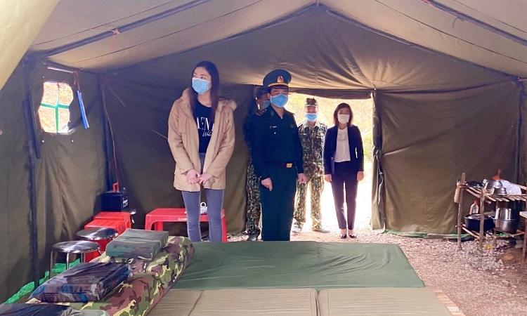 Lương Thùy Linh thăm các lán trại dựng tạm cho bộ đội biên phòng làm công tác kiểm soát dịch. Ảnh: nhân vật cung cấp.