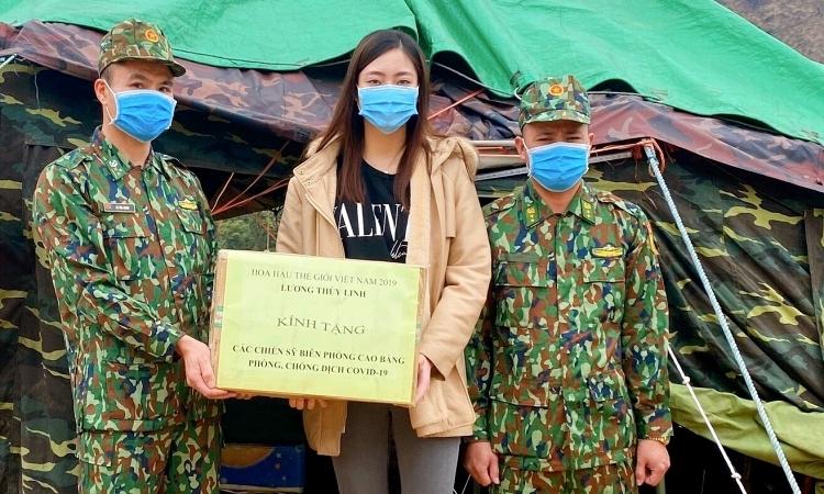 Hoa hậu trao quà cho các chiến sĩ tại chốt kiểm soát dịch ở đồn cửa khẩu Sóc Giang.