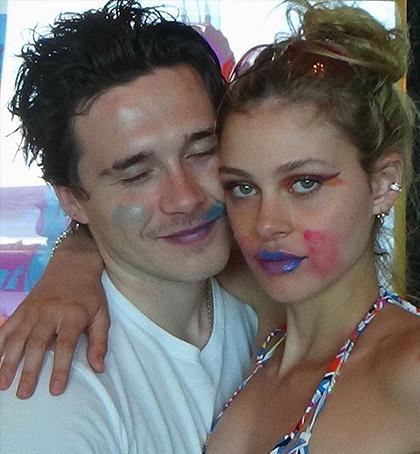 Cậu cà nhà Beckham hiện tránh dịch cùng bạn gái tại nhà riêng ở Los Angeles. Hai người thường xuyên đăng hình ảnh nghịch ngợm bên nhau trên mạng xã hội.