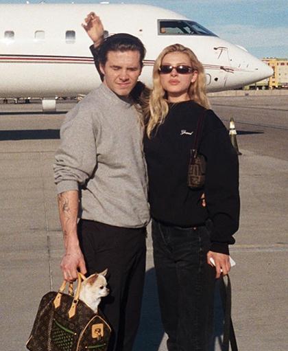 Đôi tình nhân thường xuyên đi du lịch cùng nhau bằng máy bay riêng của gia đình Nicola.