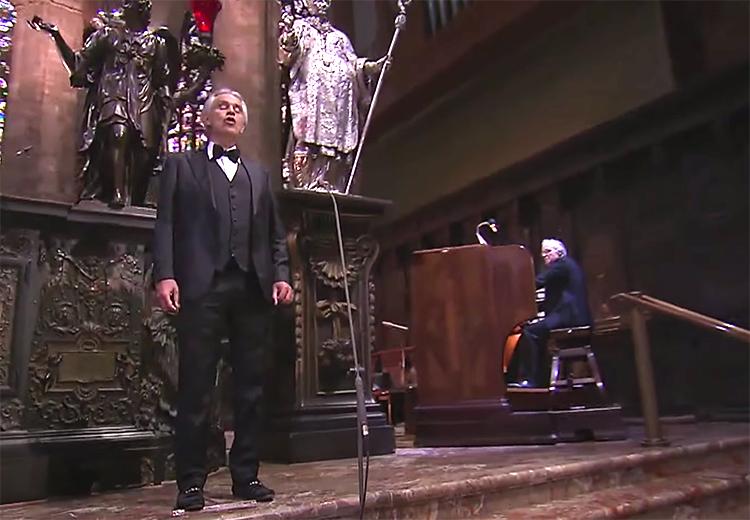 Andrea Bocelli hát giữa thánh đường Duomo. Ảnh: