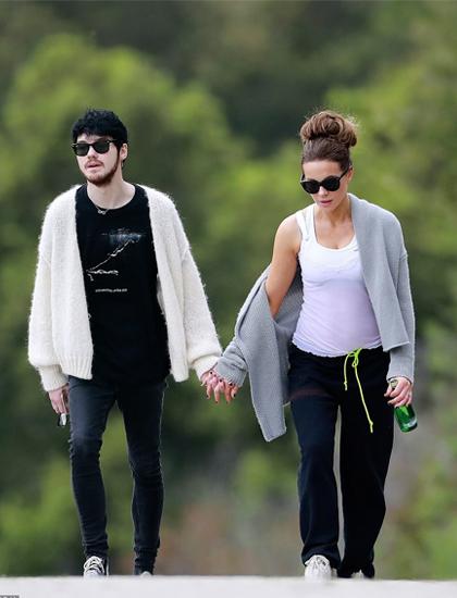 Kate Beckinsale dạo phố cùng tình trẻ. Ảnh: Backgrid.