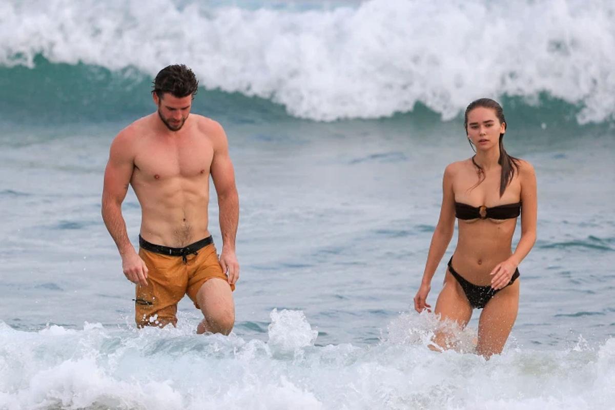 Liam Hemsworth bên bạn gái mới Gabriella Brooks. Ảnh: Backgrid.