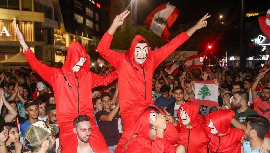 Một nhóm người biểu tình Lebanon mang mặt nạ giống các nhân vật trong phim. Ảnh: AFP.
