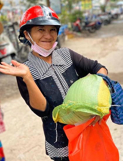 Người nghèo ở TP HCM nhận quà từ nhóm diễn viên Đại Nghĩa