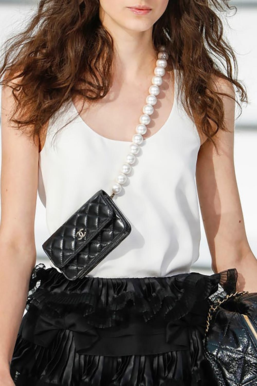 BST mới của Chanel lăng xê nhiều mẫutúi nhỏ. Trong đó, mẫu đeo chéo mini size tạo sức hútvớidây đeo ngọc trai cỡ lớn, sang trọng nhưng vẫncá tính.