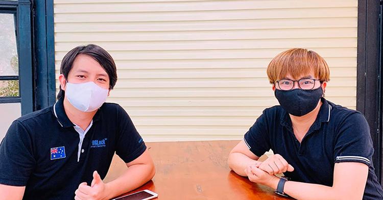 Diễn viên Đại Nghĩa (phải) bên anh Hoàng Tuấn Anh - tác giả máy ATM gạo. Ảnh: Đại Nghĩa.
