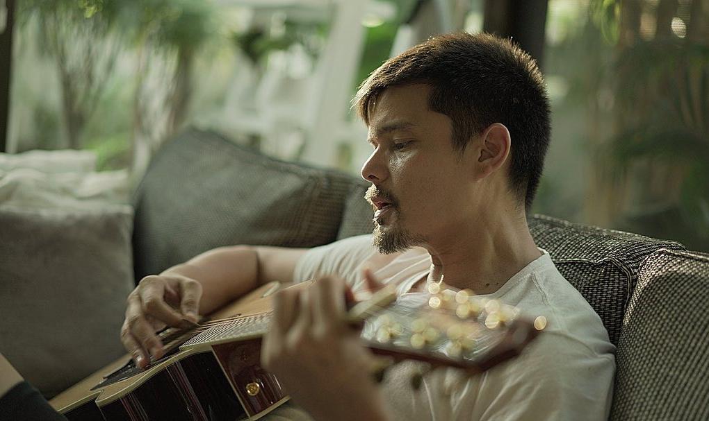 Thi thoảng, Dingdong Dantes chơi đàn guitar cho vợ con. Anh và vợ tham gia nhiều dự án cộng đồng, kêu gọi người dân phòng chống Covid-19. Philippines ghi nhận 5.223 ca nhiễm, 355 người tử vong.