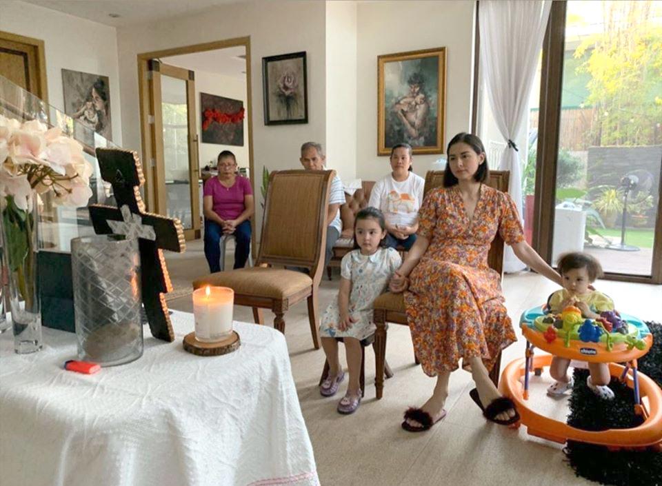 Hôm 12/4, gia đình Marian Rivera theo dõi nghi lễ Phục sinh phát trực tiếp trên Internet, cầu nguyện tại nhà.