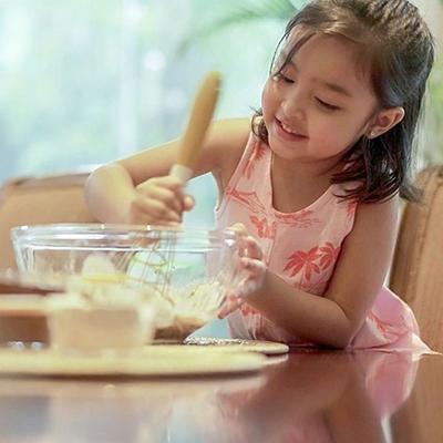 Nữ diễn viên hướng dẫn con nấu nướng... Ở nhà, cô làm nhiều món bánh mì, bánh ngọt cho cả gia đình.
