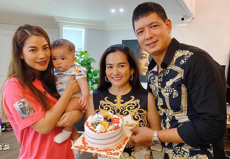 Vợ chồng Bình Minh (phải) bên Trương Ngọc Ánh và con của một người quen. Ảnh: Nhân vật cung cấp.