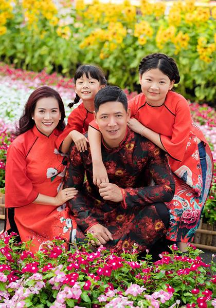 Vợ chồng Bình Minh cùng hai con dịp Tết Canh Tý. Ảnh: Nhân vật cung cấp.