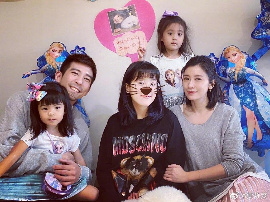 Giả Tịnh Văn bên chồng con. Ảnh: Weibo.