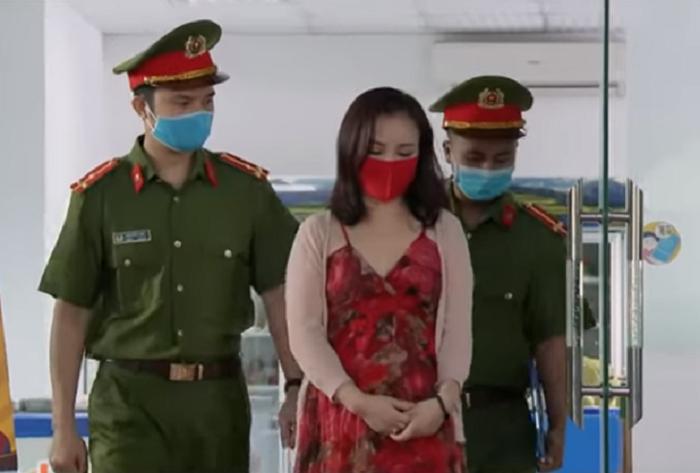 Xuyến (giữa) bị bắt sau khi tung tin giả người khác bị bệnh, Hà Nội khử khuẩn bằng máy bay. Ảnh: VTV.