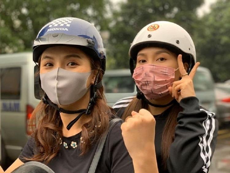 Thu Quỳnh (trái), Bảo Thanh đeo khẩu trang đóng phim. Ảnh: VTV.