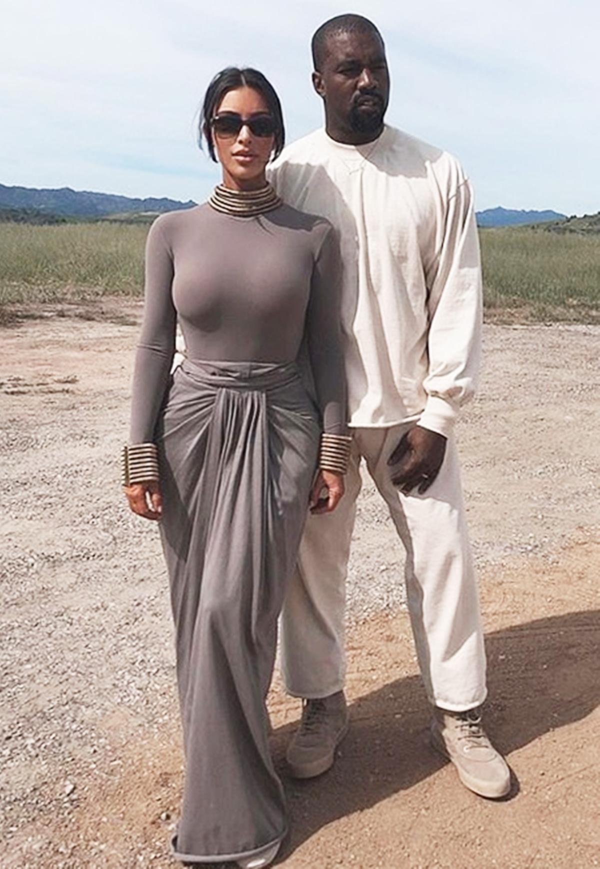 Kim Kardashian đăng ảnh cùng chồng - rapper Kanye West lên Instagramngày 20/12/2019. Côhóa nữ thần Ai Cập với chân váy lụa Rick Owens áo thun ôm body trang trí vòng đeo to bản ở cổ và tay. Tông xám được cô ưa chuộng, chủ đạo trong nhiều set đồ dạo phố lẫn đời thường.