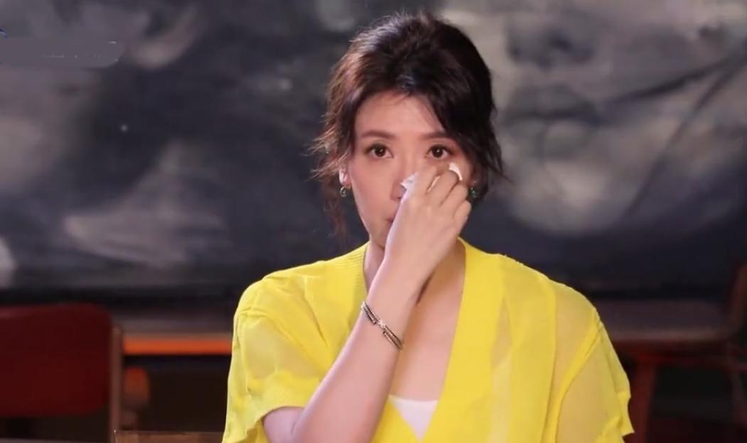 Tịnh Văn khóc khi nhắc chuyện Tu Kiệt Khải giúp cô thoát khỏi ám ảnh hôn nhân đổ vỡ. Ảnh: QQ.