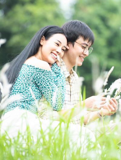 Hoa Trần và Hoàng Trung Đức đóng nhiều cảnh tình tứ trong MV.