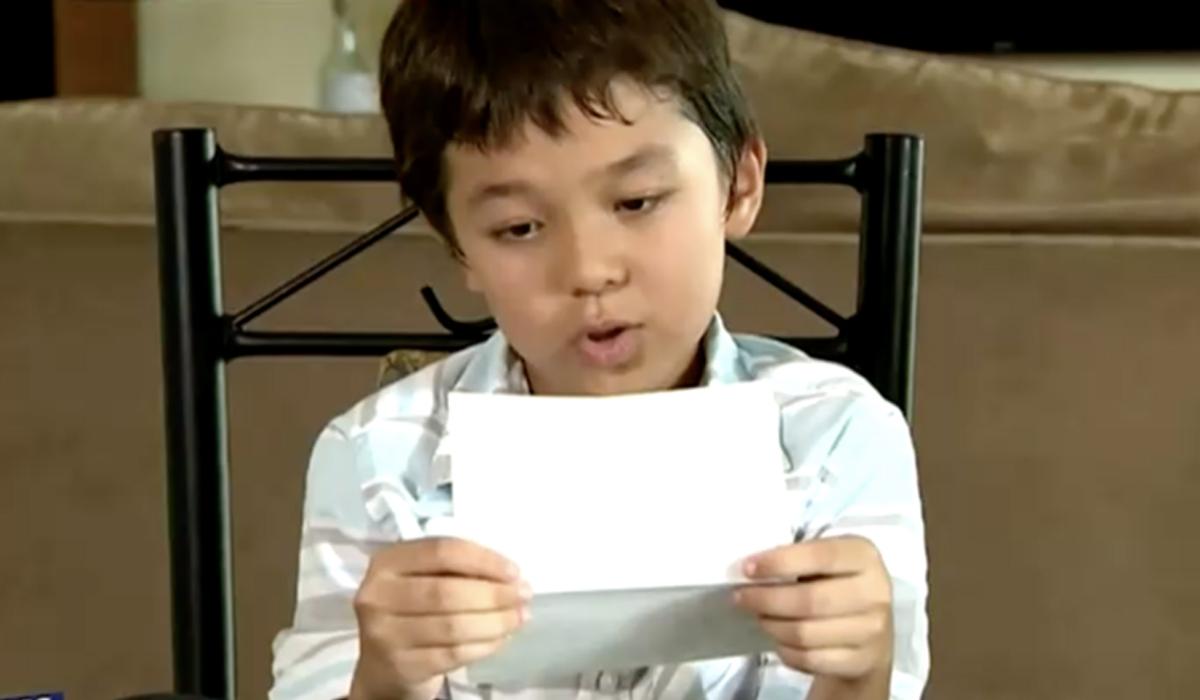 Corona De Vries đọc lá thư của Tom Hanks trên sóng truyền hình. Anhr: 7News