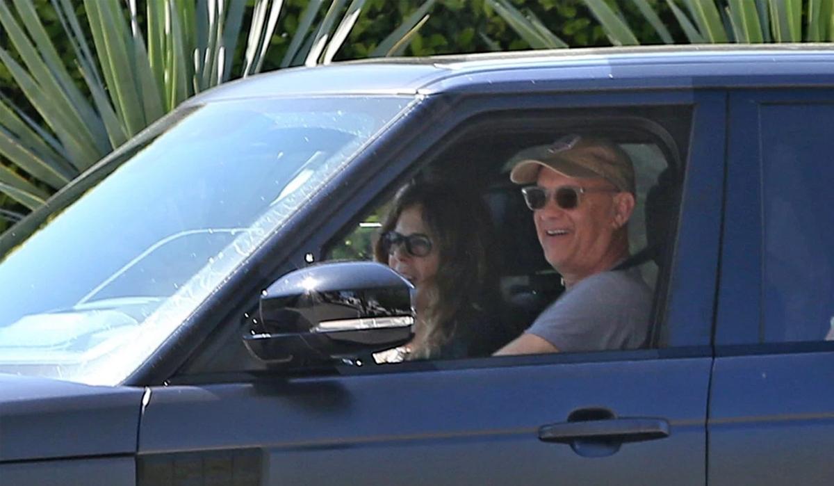 Tom Hanks tự lái xe đưa vợ về nhà từ sân bay hôm 29/3. Ảnh: Backgrid.